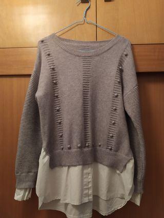 Jersey gris con camisa blanca incorporada
