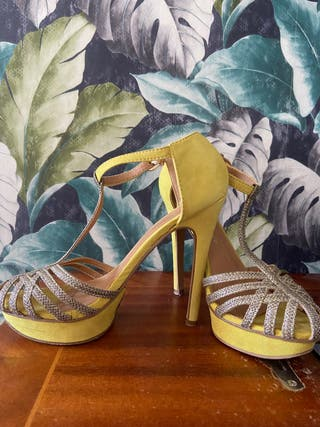 Sandalia amarilla y dorada.
