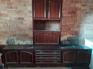 Mueble de madera con armarios y botellero