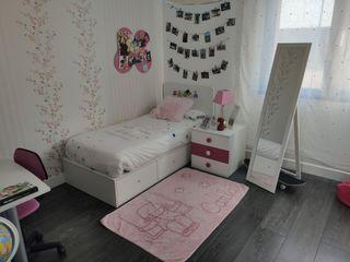 Habitacion niña con cama, mesa de estudio, mesilla