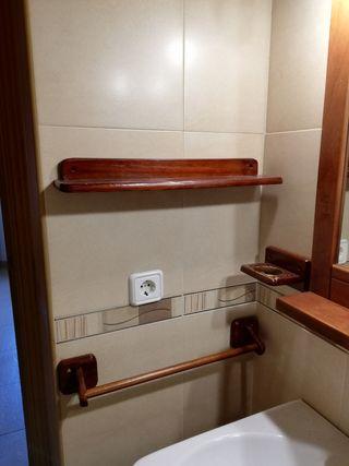 espejo de baño y apliques.