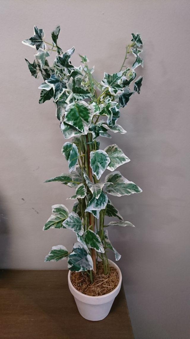 Planta artificial con maceta.