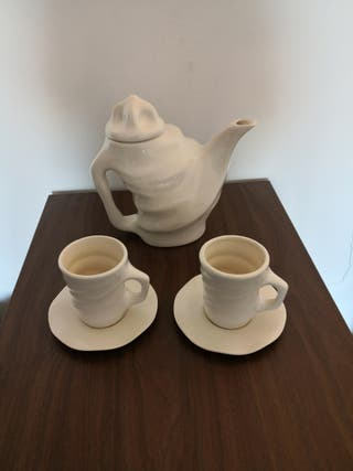 Cafetera porcelana, 2 platos y 2 tazas