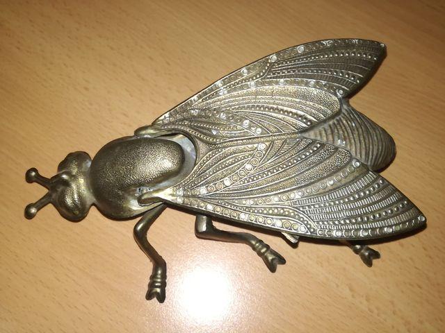Cenicero antiguo con forma de mosca.