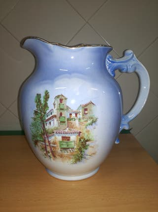Jarra antigua de cerámica de La Cartuja