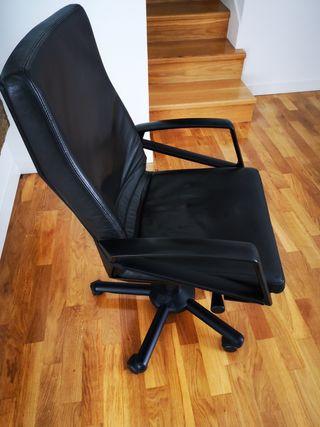Silla de oficina de color negro