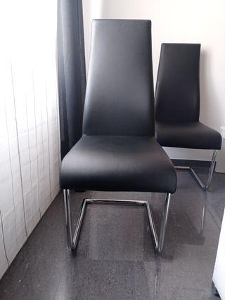 4 sillas negras de salón imitando piel