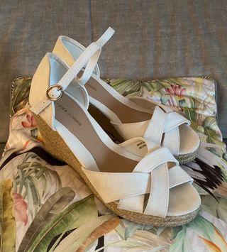 Sandalias blancas de esparto. 40.