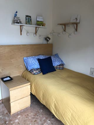 Dormitorio: somier de 90x190 + cabecero + mesilla.