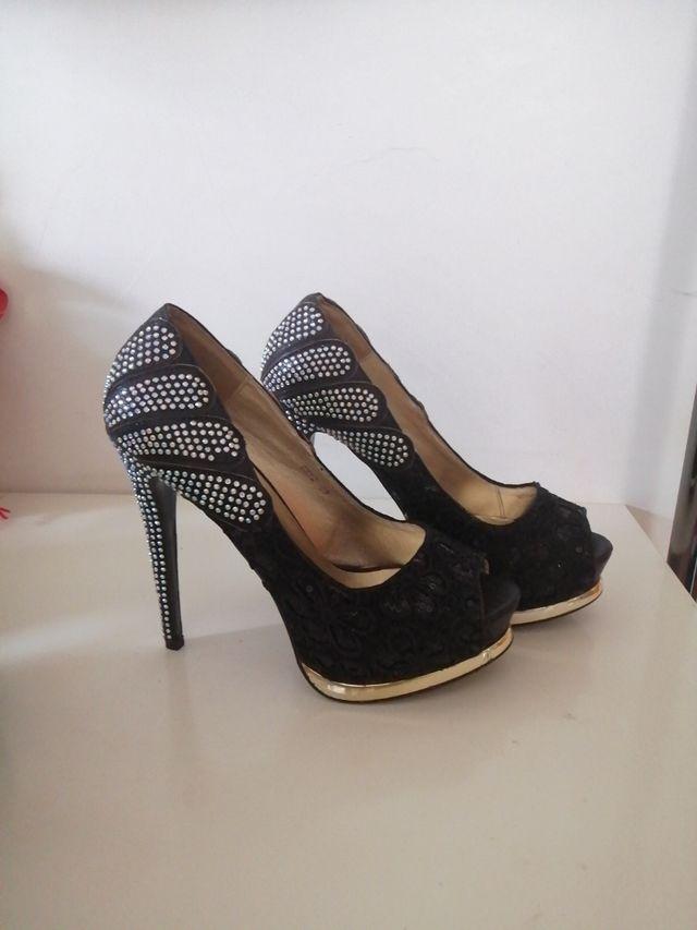 zapato tacon alto negro con piedras brillantes