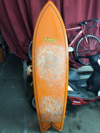 Tabla de surf con funda.