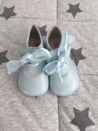 Zapatos piel azul bebé