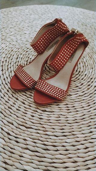 Sandalias rojas tachuelas doradas