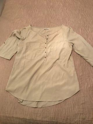 Blusa beige de raso de Stradivarius talla M