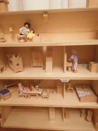 Muebles y muñecos para casita