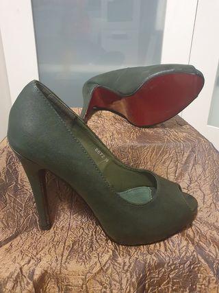 Zapato salón verde oscuro.