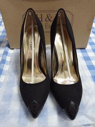 Zapatos negros de tacón alto