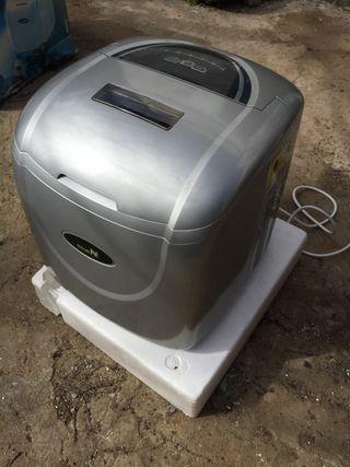 Máquina de hacer cubitos de hielo.