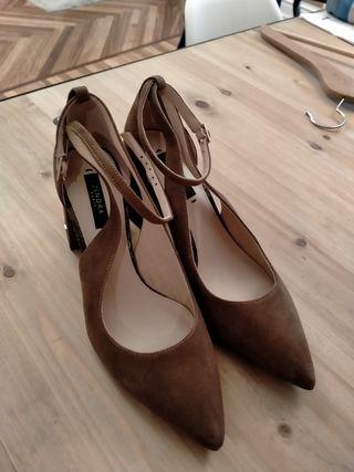 Zapatos de tacón de ante.