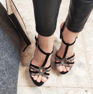 Sandalia de tacón tiras