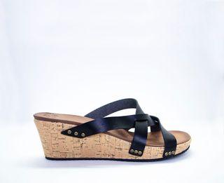 Sandalia de tiras negras.