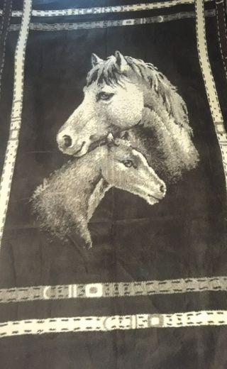 manta con impresión de caballos