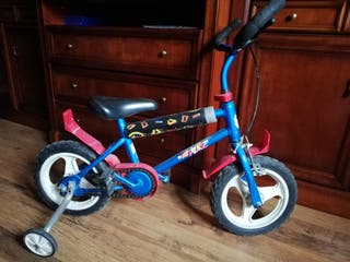 bicicleta infantil con ruedines.