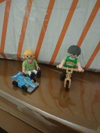 niños jugando playmobil