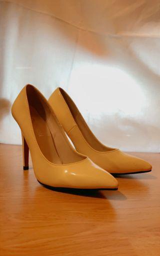 Zapato amarillo de charol