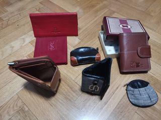 Varios monederos y una agenda nueva con caja