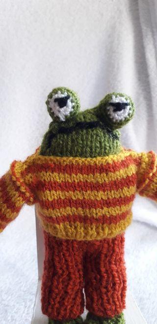 "Figura a Crochet handmade ""Sapo suéter rayado"""