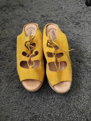 Sandalias tacón y plataforma ante amarillas