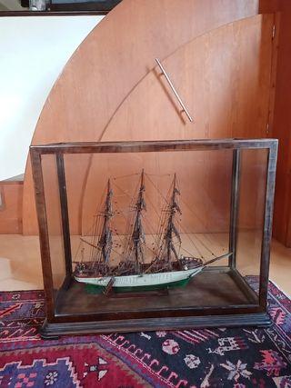Maqueta de velero antiguo con vitrina
