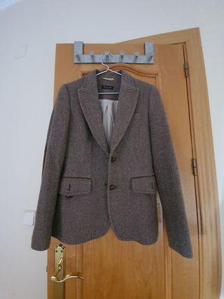 Americana entallada de tweed marrón con coderas