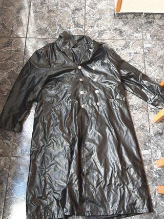 Gabardina negra de cuero falso