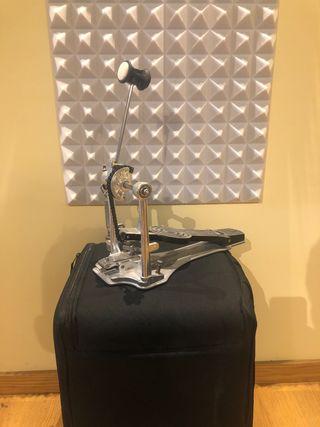 Pedal de batería y percusion sonor