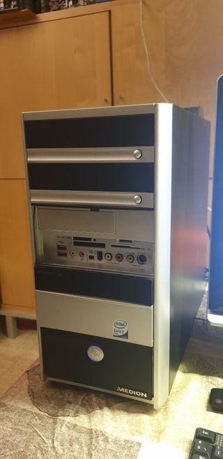 Torre PC Medion con monitor y teclado