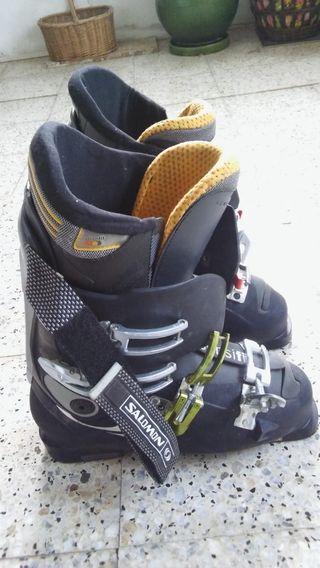 Botas de esquí marca Salomon.