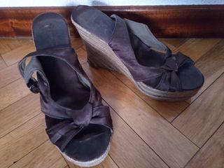 Sandalias cuña marrón raso. Esparto. Muy cómodas.