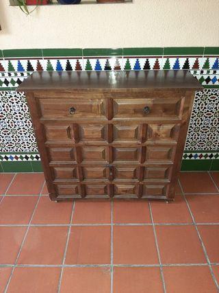 Mueble castellano con cama plegable.