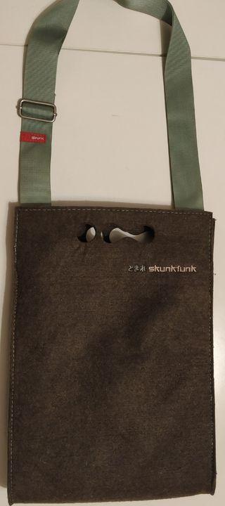 Bolso bandolera de lana marca Skunkfunk