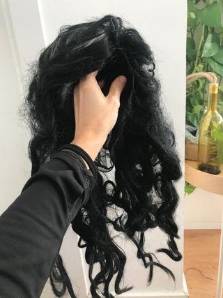 Peluca negra con mechones blancos