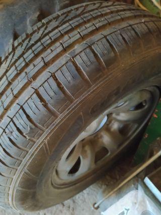 Neumático con llanta nissan terrano