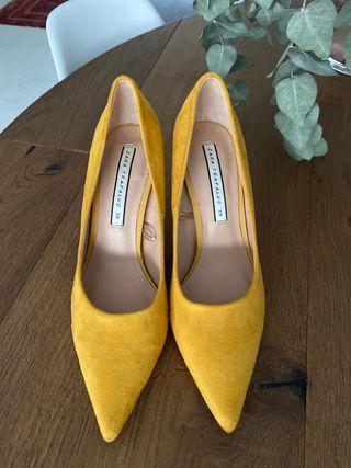 Zapatos amarillos con tacón fino
