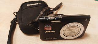 Cámara Nikon con tarjeta de memoria.