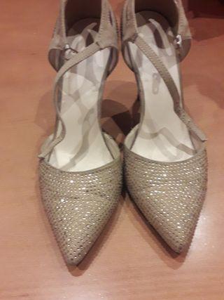 Zapatos beige con pedrería dorada