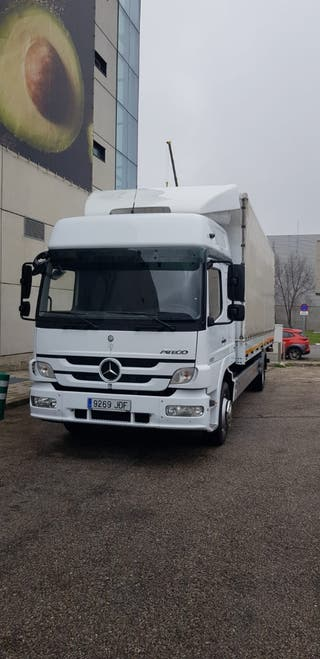 Mercedes-Benz camion 2011