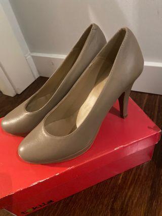 Zapatos beige plataforma delantera