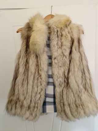 chaleco de piel de lomos de zorro blanco.