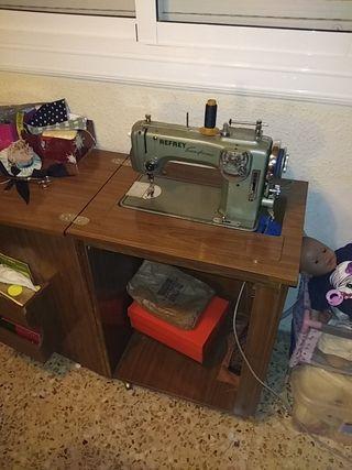 se vende máquina de coser y bordar y hacer zig zag
